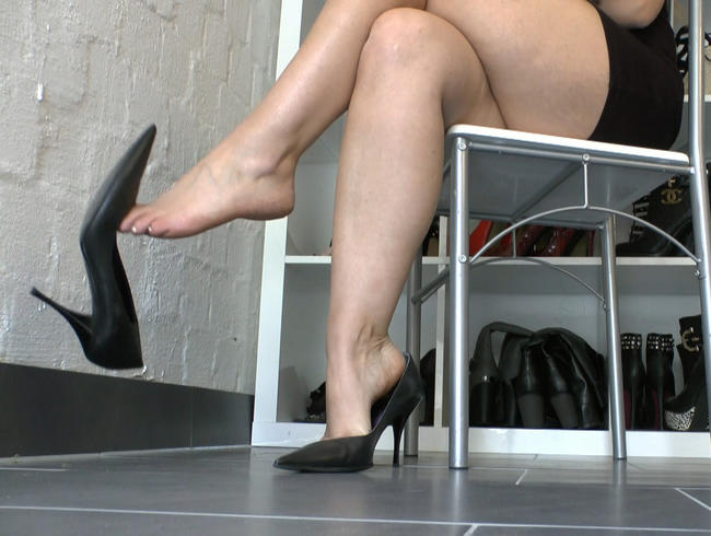 Video Thumbnail Leder High Heels Dangling