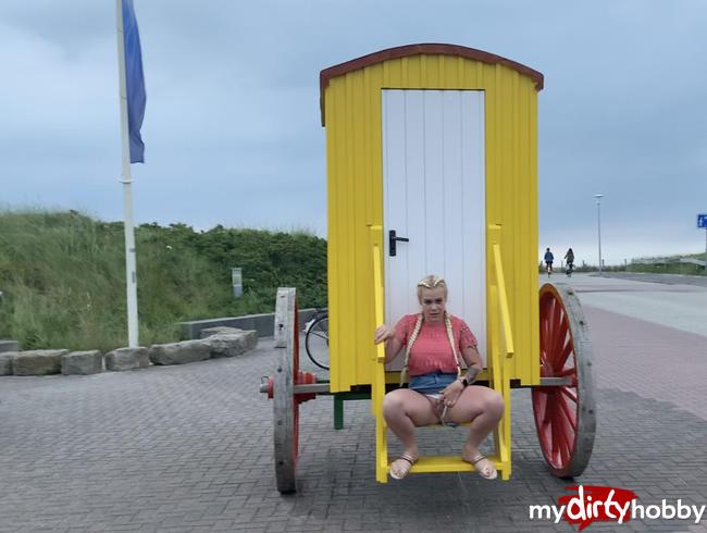 devil-sophie - Public auf dem Strandwagen - der erste piss auf der Insel
