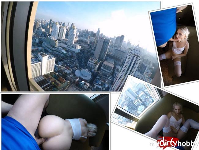 Video Thumbnail Im höchsten Hotel der Welt mega public am Fenster ne geile Blondine gefickt. Wow.
