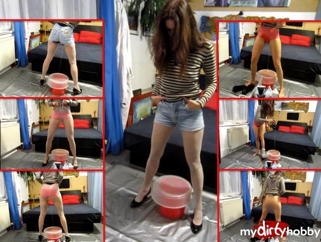 Video Thumbnail Trommelfeuer-Piss in Jeans-Shorts, FSH + unten ohne