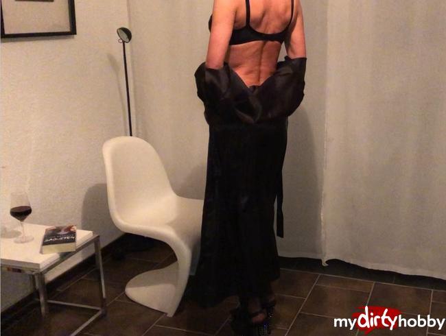 Video Thumbnail Nackt ist geil--aber mit schwarzer Lingerie........