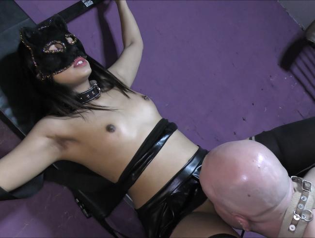 Video Thumbnail Indische Teen Sex Slave Maskiert Maya wird dominiert & gefickt von Meister Johnny! Sperma auf Pussy!