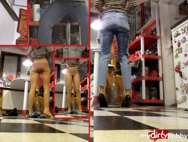 Video Thumbnail Pipi in der Küche -  Piss in Jeans und  Nylon-Strumpfhose