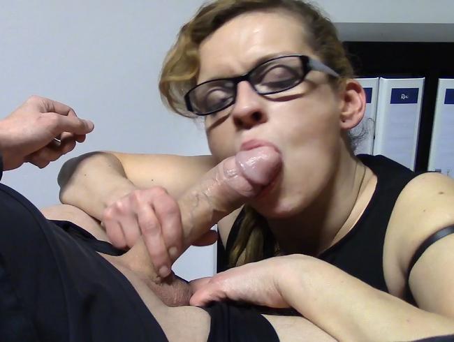 Video Thumbnail Tiefes blasen von MILF im Büro mit Sperma schlucken
