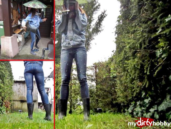 Video Thumbnail Piss in Perlenjeans und Gummistiefeln - Pipi im Regen
