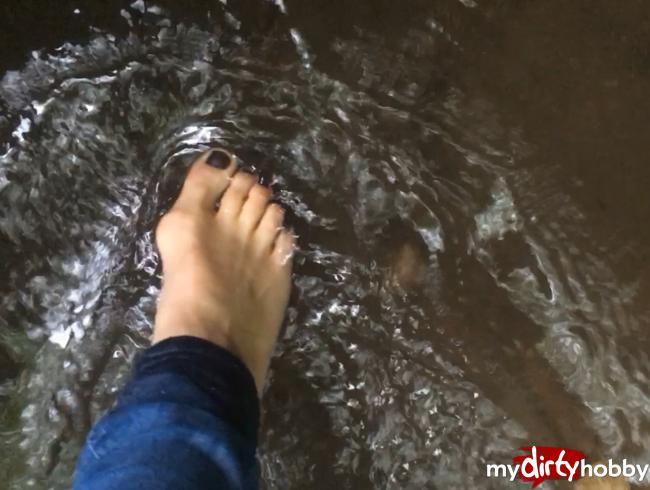 Video Thumbnail Mein erstes Fußvideo - nur Füße auf der Wiese und im Wasser ->> keine Brüste, keine Vaigina !!!