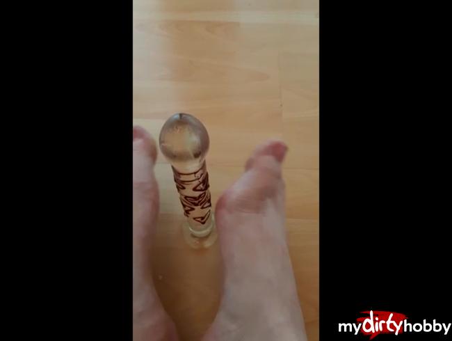 Video Thumbnail Bin ganz alleine und verwöhne mit meinen Füßen meinen Glasdildo =)