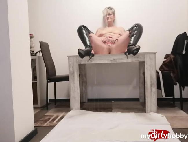 Video Thumbnail gepisst vom Tisch aus , nackt aber in Stiefeln