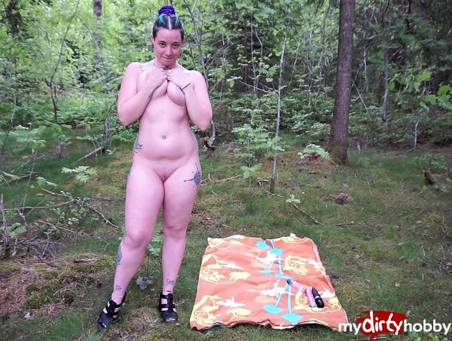 Video Thumbnail Riesendildo Outdoor ! Meine enge Pussy wird im Wald verwöhnt !