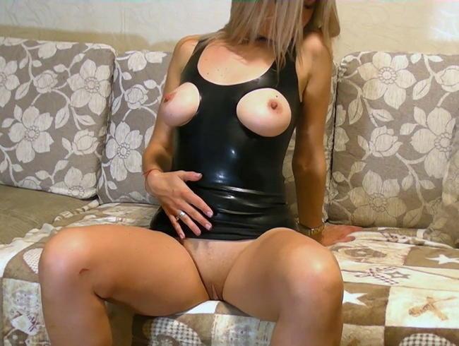 Video Thumbnail Posing in schwarzem Latex Minikleid
