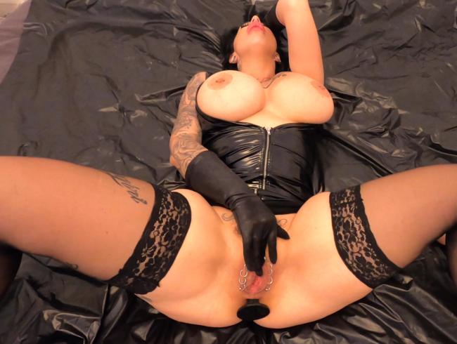 Video Thumbnail NinaVegas - PornoSchlampe wichst und fickt ihre Löcher