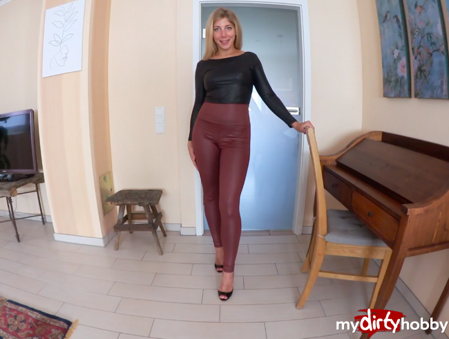 Video Thumbnail WETLOOK-LEGGINGS AUFGERISSEN - AO CREAMPIE FICK vor der PARTY
