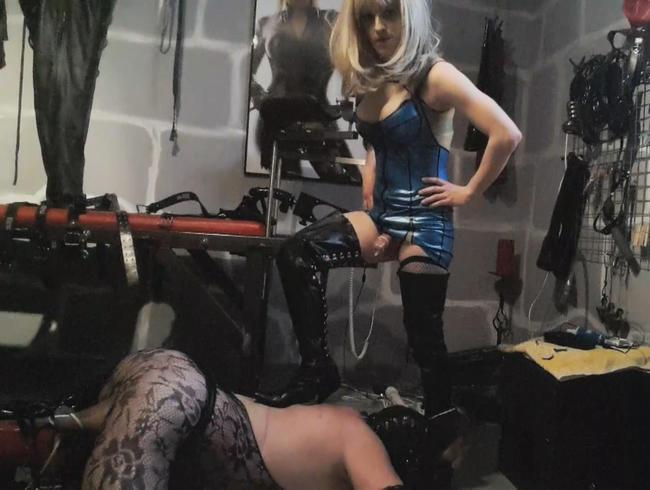 Video Thumbnail Transen-Domina bearbeitet ihrem Sklaven in seinem Spielzimmer