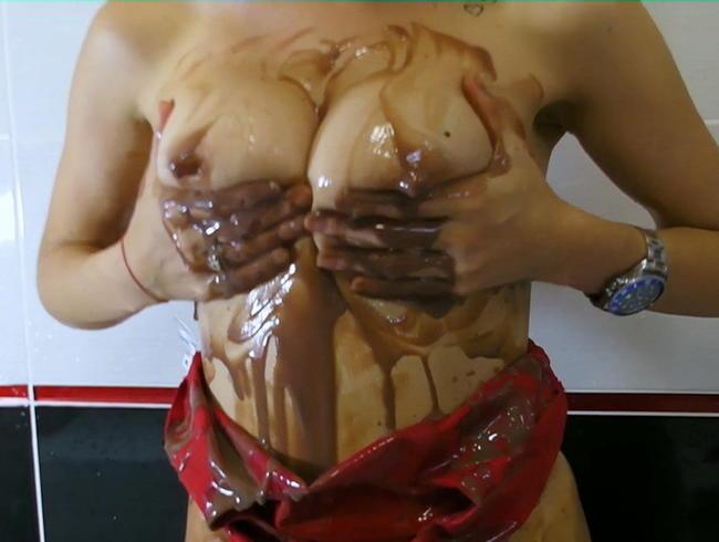 Video Thumbnail In rotem sexy Latex Badeanzug mit Schokopudding
