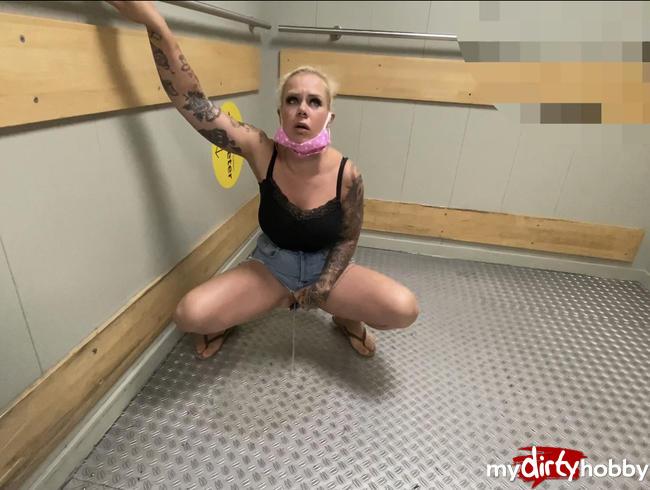 Video Thumbnail Wenn nach dem Einkauf die Blase drückt ;) abgepisst in den Aufzug