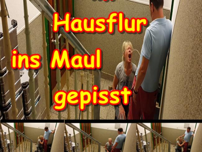 Video Thumbnail EheFotze im Hausflur ins Maul gepisst.