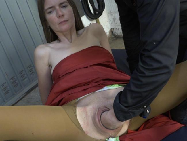 Video Thumbnail Karina in der Garage gefistet