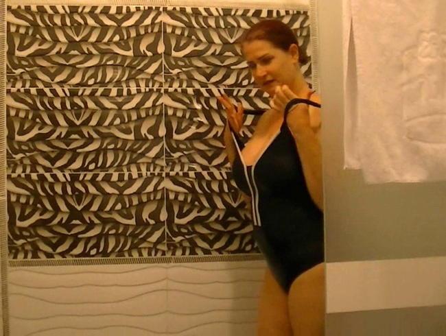 Video Thumbnail Badeanzug unter der Dusche -