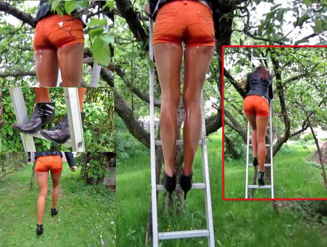 Video Thumbnail Pipi auf einer Leiter - Piss in Shorts, FSH + Halbstiefeln