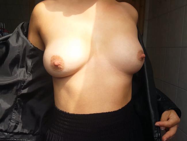 Video Thumbnail Hübsche Brüste unter der Lederjacke