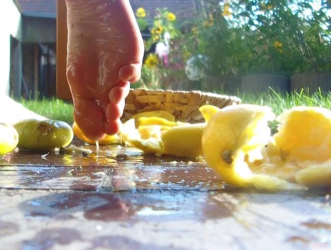 Video Thumbnail Pretty Crushed Summer - Spritzende Zitrusfrüchte unter nackten Füßen