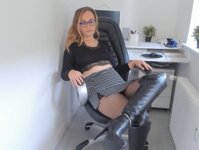 Video Thumbnail Doppel Penetration im Home Office in geilen Stiefeln und Nylons