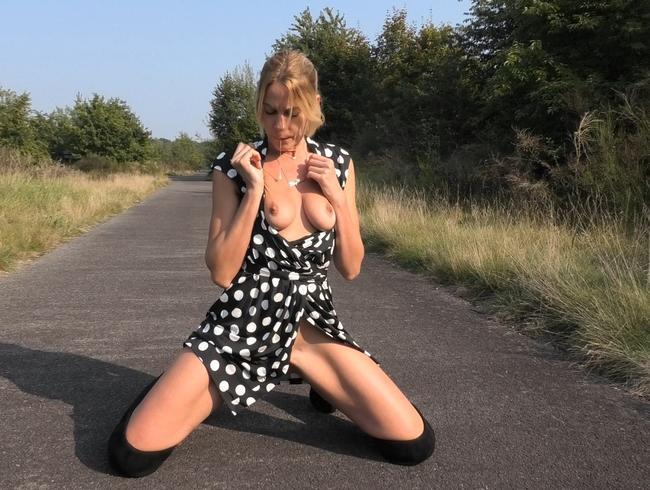Video Thumbnail Süsse Sau in Overknees besorgt es sich für dich !!