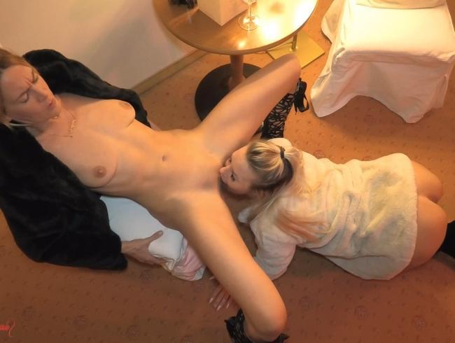 Video Thumbnail Versaute blonde Pelzschlampen allein im Hotel !!