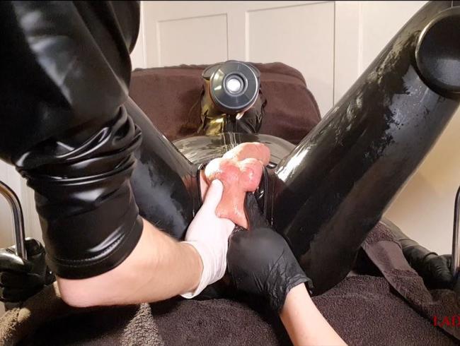 Video Thumbnail Analbehandlung im Duo - Der Latexsklave wird ordentlich durchgefickt