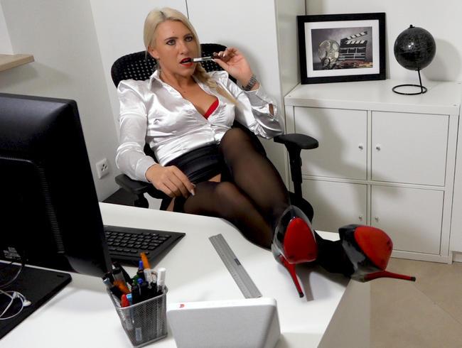 Video Thumbnail Büroschlampe läßt auch Gerd von der IT-Abteilung drüber rutschen | Hardcorefick in alle Löcher!