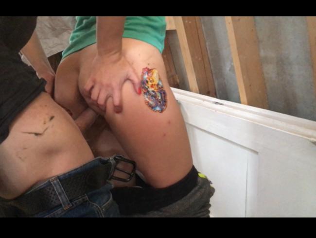 Video Thumbnail Ursula wird auf der Baustelle vom Baumeister gefickt und er kommt in der Nähe des Spiegels in sie