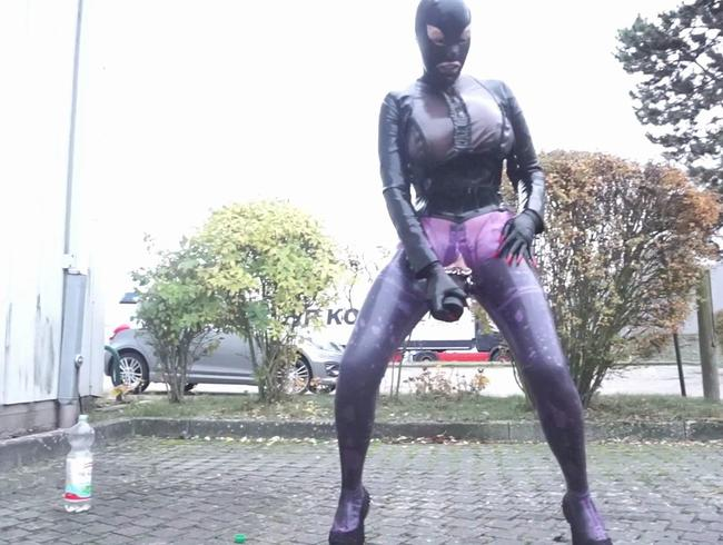 Video Thumbnail Big Boobs Latex Catsuit und Bluse Outdoor Plugged City Walk und masturbieren TEIL 4