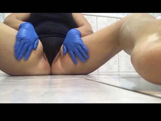 Video Thumbnail Beine mit Gummihandschuhen eincremen