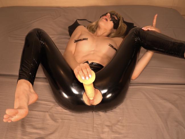 Video Thumbnail Fick meine enge Latexfotze! 20 cm Dildo, Nippelklemmen, geiler Latexarsch, heftiger Orgasmus