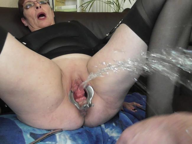 Video Thumbnail Ein Dilator + eine Harnröhre + volle Blase = kräftig spritzenden Piss-Explosionen