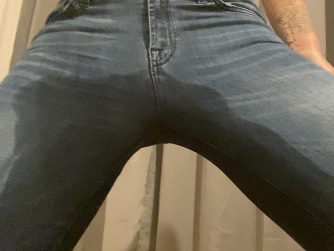 Video Thumbnail ...und noch ein kleines Pissvideo in Jeans + Strumpfhose
