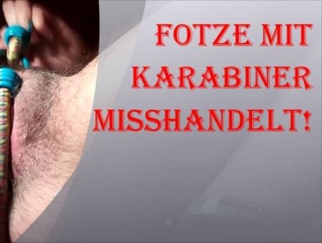 Video Thumbnail Fotze mit Karabinern misshandelt
