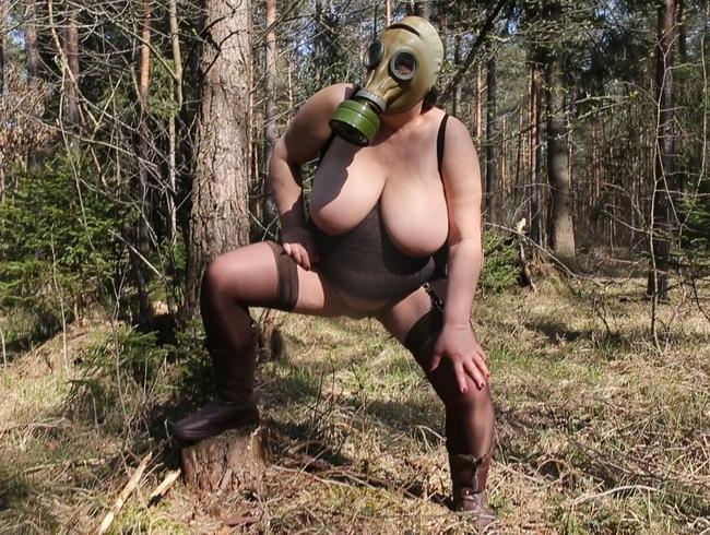 Video Thumbnail Pissen im Wald mit Gasmaske