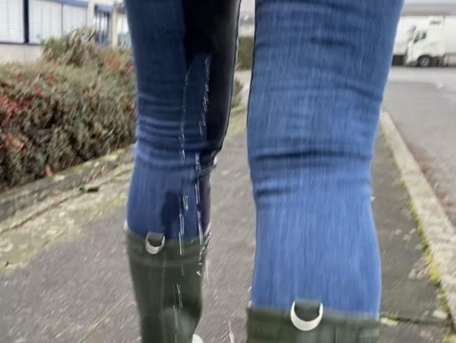 Video Thumbnail Chloé startet breitbeinig in den Pisswalk (keine 2 Minuten nach dem Pissvideo im Stehen)