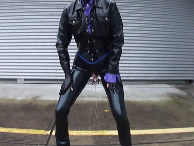 Video Thumbnail Latex Pierced Girl in Jeans in der Stadt geht pinkeln und masturbiert riesigen Dildo Teil 1