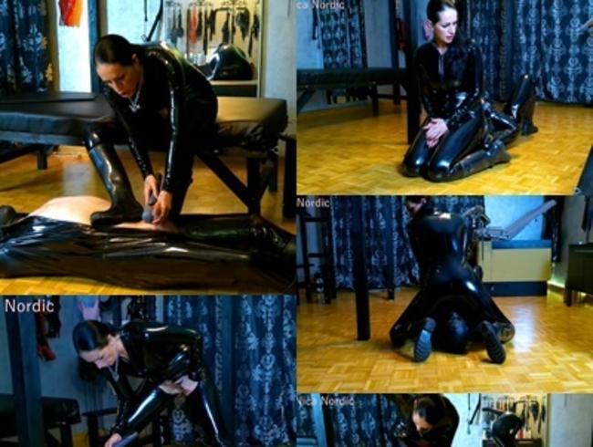 Video Thumbnail Studiosession Facesitingssklave wird vollgepisst und abgemolken