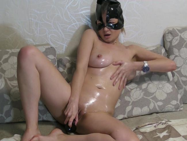 Video Thumbnail Nur mit Maske eingeölt und mit Dildo