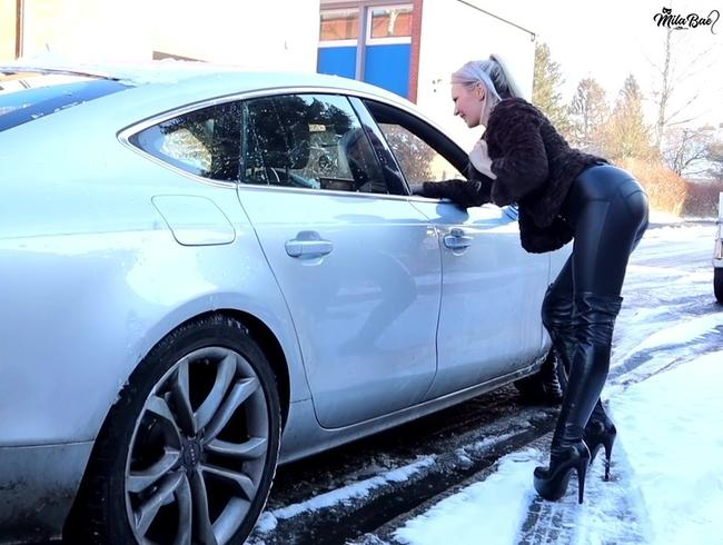 Video Thumbnail In Lederleggings und Overknees auf dem Straßenstrich !