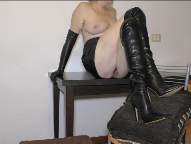 Video Thumbnail MILF gekreuzte Beine Masturbation in Lederhandschuhen, Stiefeln und Rock