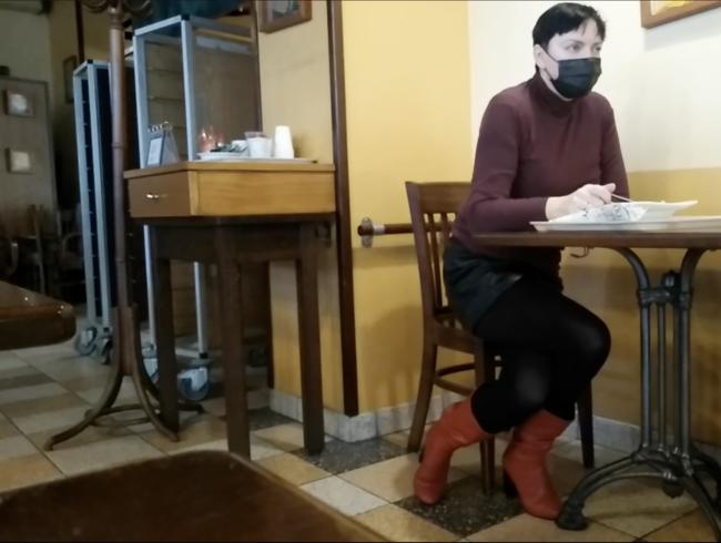 Video Thumbnail Orgasmus mit gekreuzten Beinen im Café
