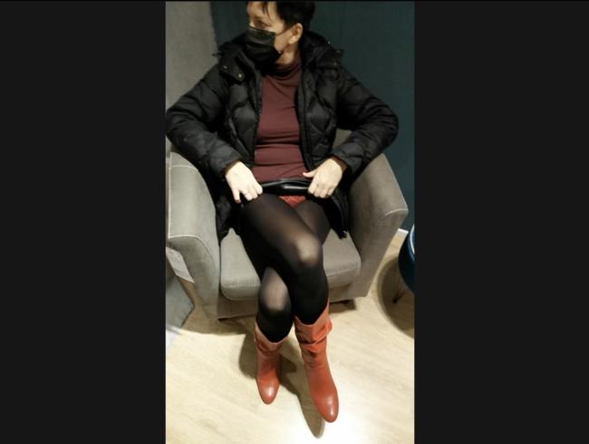 Video Thumbnail Masturbation mit gekreuzten Beinen zum Orgasmus in einem Einkaufszentrum