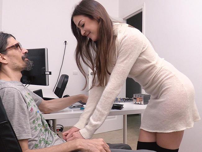 Video Thumbnail Schüchterner NERD rettet meinen PC – als Dank bekommt er den GEILSTEN FICK seines Lebens!