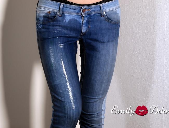 Video Thumbnail TS pisst sich in die skinny jeans - bis die Hose ganz durchnässt ist...