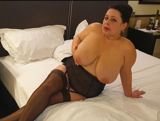 Video Thumbnail Ich zeige meine Reize ein MHD User auf dem Hotelbett