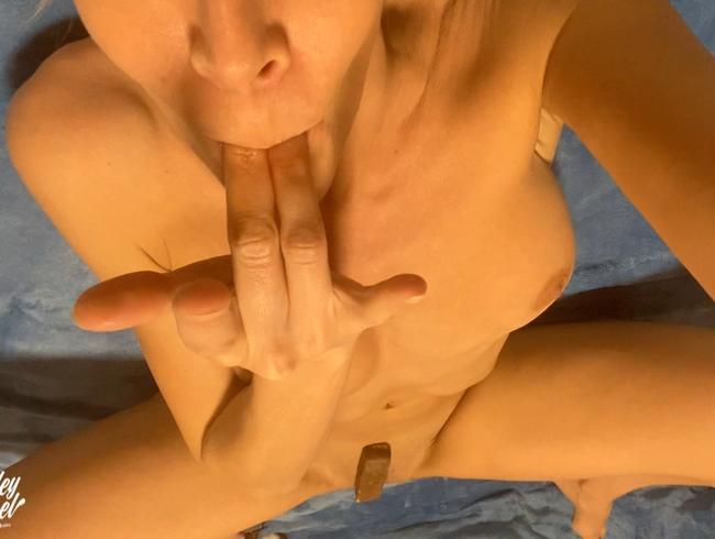Miley-Weasel - Schokoriegel tief in der Pussy...lecker !!